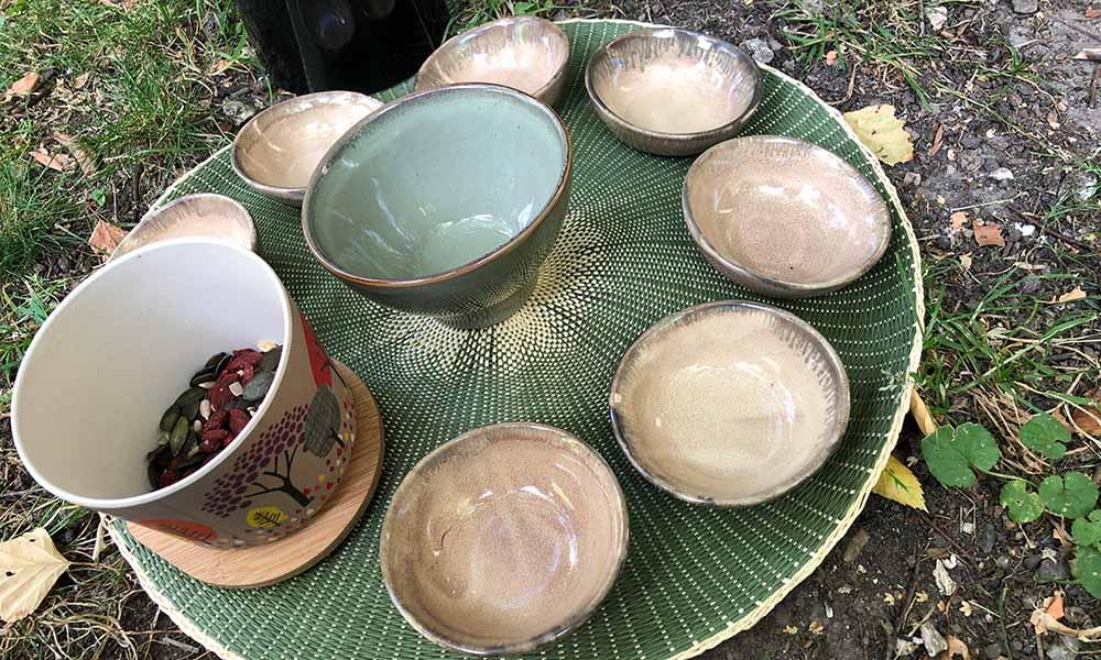 La cérémonie du thé lors du bain de forêt shinrin yoku au mois de juin en forêt de Grimbosq avec la guide certifiée Anne-Lise M