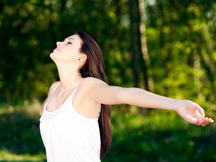 etudiante-bain-de-foret-shinrin-yoku-sylvotherapie-pleine-conscience-detente-relaxation-grimbosq-anne-lise-mommert-guide-calvados-normandie